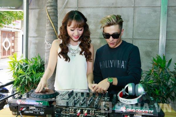 Sau cuộc trò chuyện thân mật, DJ GIN dành thời gian dạy các hot girl, ca sĩ xinh đẹp chơi nhạc.