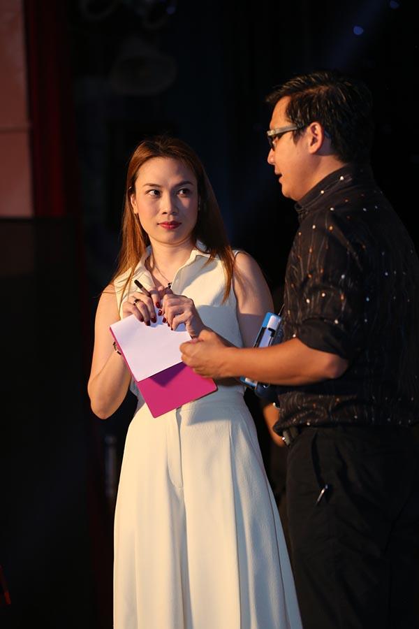 Trên sân khấu, hoạ mi tóc nâu chăm chú nghe đàn anh chia sẻ kinh nghiệm nghề nghiệp để cô có thể hoàn thành tốt cương vị hoàn toàn mới của bản thân.