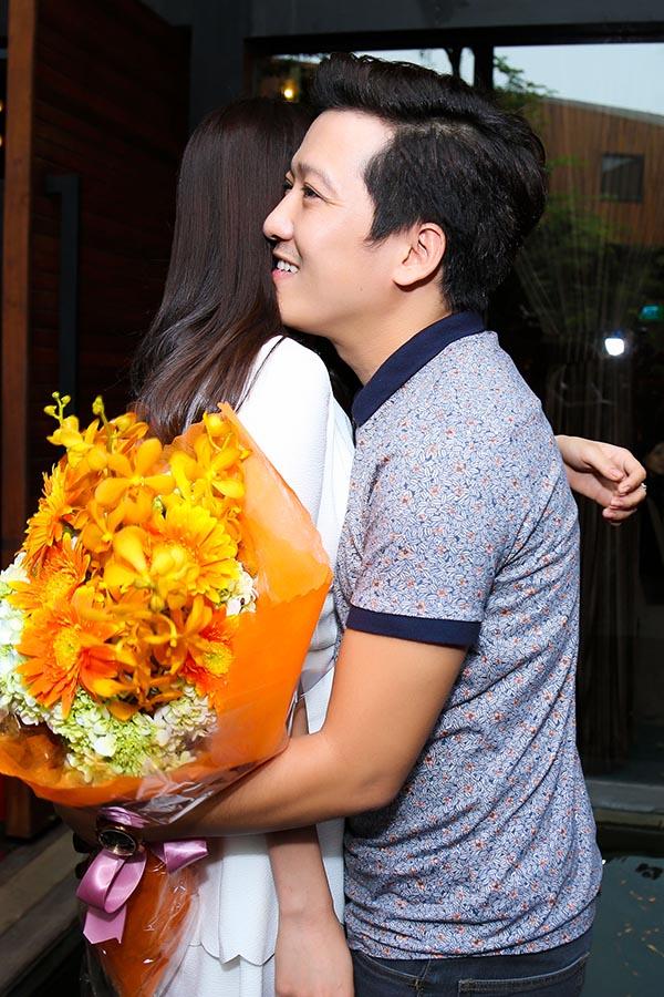 Để động viên tinh thần Trường Giang trước khi công bố dự án lớn, Nhã Phương không ngại tặng diễn viên 49 ngày 1 cái ôm tình cảm.