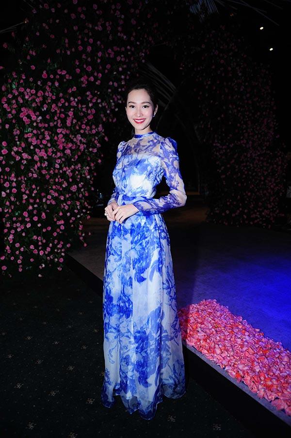 Ngoài Angela Phương Trinh, Tóc Tiên, Hoa hậu Việt Nam Đặng Thu Thảo cũng lặng lẽ có mặt ở khu vực sân khấu để chuẩn bị chiêm ngưỡng BST mới của NTK Phương My.