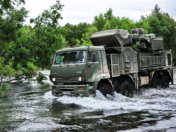 Hệ thống tên lửa - pháo phòng không Panstir-S1 được lắp đặt trên khung gầm xe vận tải 4 cầu chủ động Kamaz-6560. Trong ảnh: xe đang di chuyển qua một con suối ở ngoại ô thành phố Novosibirsk ở vùng Siberia.