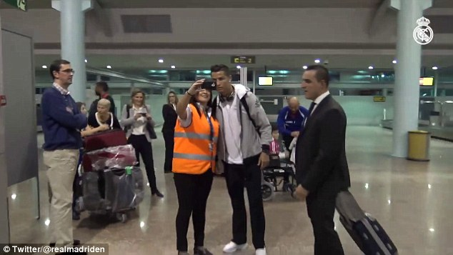 Rồi tự sướng với 1 nhân viên mặt đất ở sân bay.