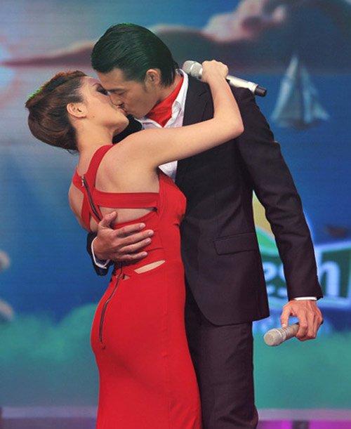 Nụ hôn vướng nhiều điều tiếng trên sân khấu Cặp đôi hoàn hảo