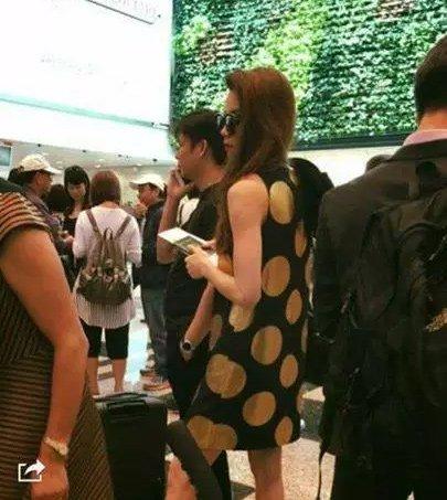 Hình ảnh 2 người ở sân bay Singapore bị cư dân mạng bắt gặp