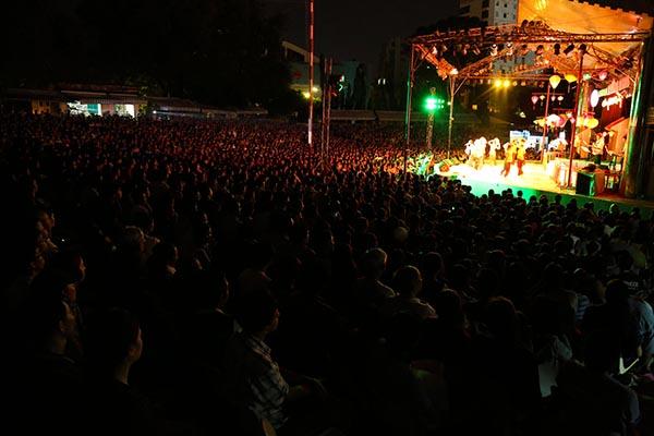 Tối 05/11, hàng nghìn khán giả đã đổ về sân khấu Trống Đồng, TP. HCM để thưởng thức đêm mở màn liveshow Chàng hề xứ Quảng của danh hài Trường Giang.
