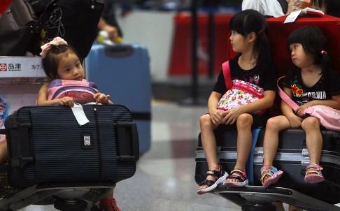 Theo nhà báo Yonden Lhatoo, các chuyến bay hiện nay đã quá đủ những tên khủng bố nhí.