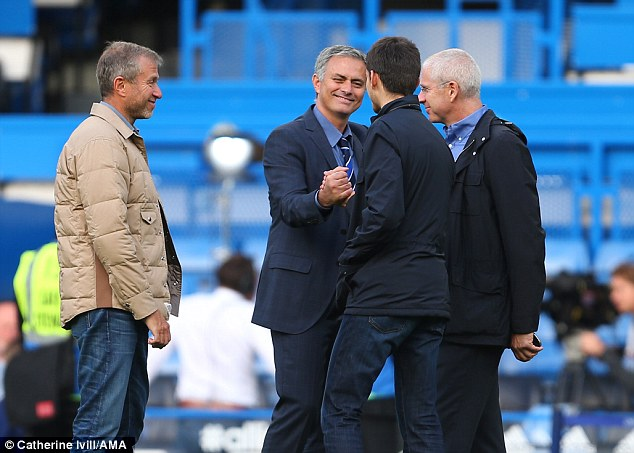 Abramovich (trái) không muốn, nhưng vẫn phải đẩy Mourinho ra đi.