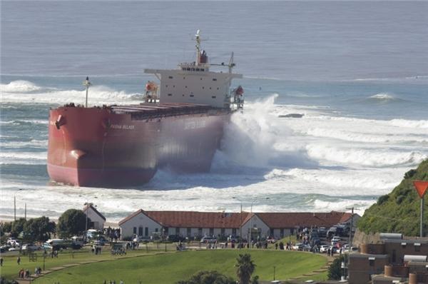 Trong khi chờ đợi để chở than Pasha Bulker bị mắc cạn trong một cơn bão lớn vào ngày 8/6/2007 trên bãi biển Nobbys ở Newcastle, New South Wales, Australia.