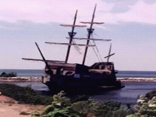 Vào năm 2006, lực lượng phòng vệ bờ biển của Ý đã phát hiện ra con tàu với một bữa ăn cho vài người được dọn sẵn, bên cạnh là áo quần và một số vật dụng khác còn khá mới. Được biết, con tàu này có tên là Bel Amica, xuất hiện trước đó vài chục năm, là một con tàu du lịch chưa được đăng kí. Và ngạc nhiên hơn là trên đó không một bóng người. (Ảnh: Internet)