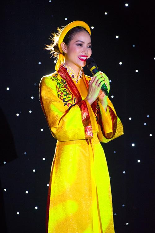 Phạm Hương trong phần thi tài năng tại Miss Universe 2015.
