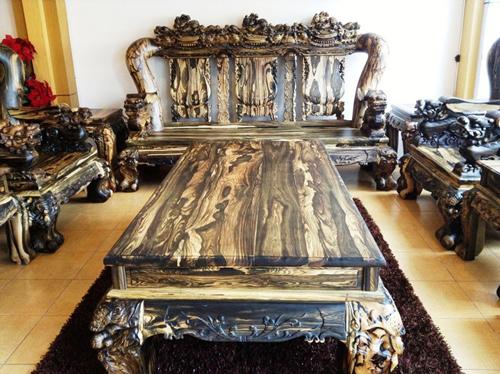 Mặt bàn làm từ những phách gỗ đặc dầy 6cm