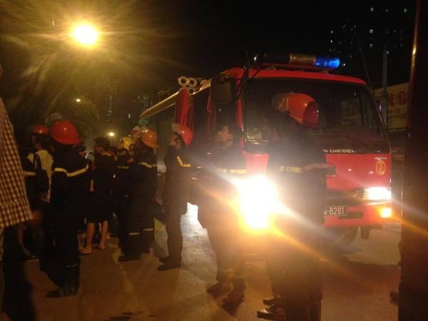 Xe cứu hỏa tập trung trước tòa nhà CT5, Xa La, HĐ (Ảnh: Chi Bim)