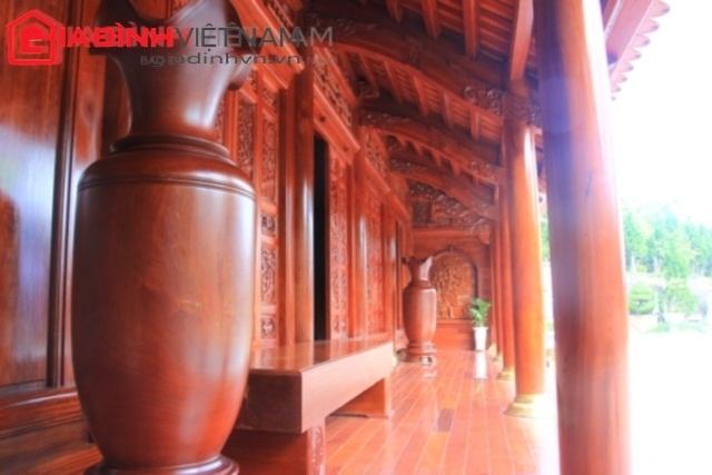 2 chiếc thống bằng gỗ quý nguyên khối cao tới 1,5m ngay trên bậc thềm.