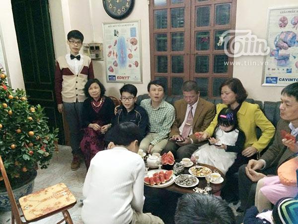 Hoàng (đứng ngoài cùng bên trái) lúc cân nặng đạt 48kg.