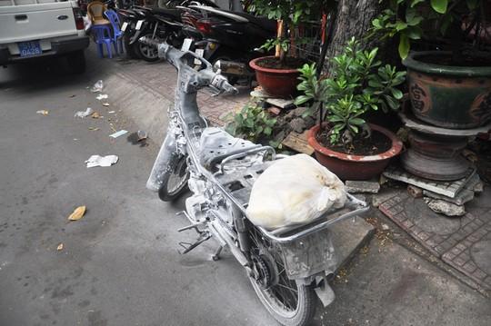Nam thanh niên hốt hoảng vứt xe bỏ chạy khi thấy chiếc xe phát hỏa.