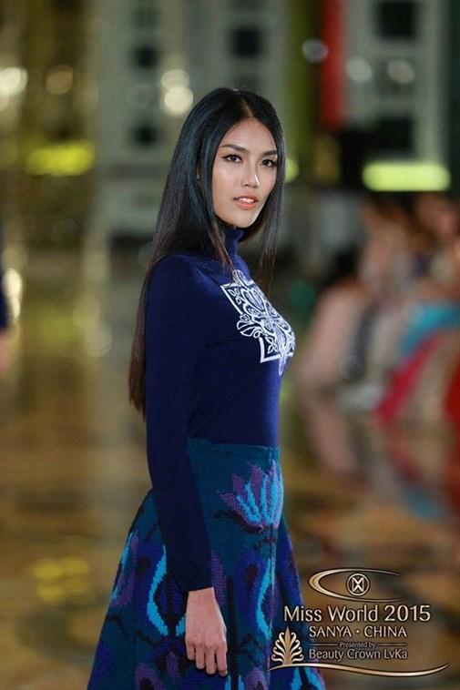 Vì là người mẫu chuyên nghiệp nên cô đã hoàn thành xuất sắc nhiệm vụ dù cảm thấy hơi đau chân vì đi giày cao gót lâu.