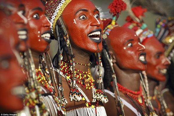 Người Wodaabe tin rằng: Mắt sáng, răng trắng, mũi nhọn làm nên vẻ đẹp của người đàn ông. Họ tự tin mình là những người đẹp nhất thế giới.