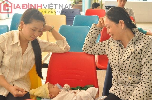 Nụ cười hạnh phúc của chị Kim Quanh, Thủy khi thấy cháu mình khỏe mạnh