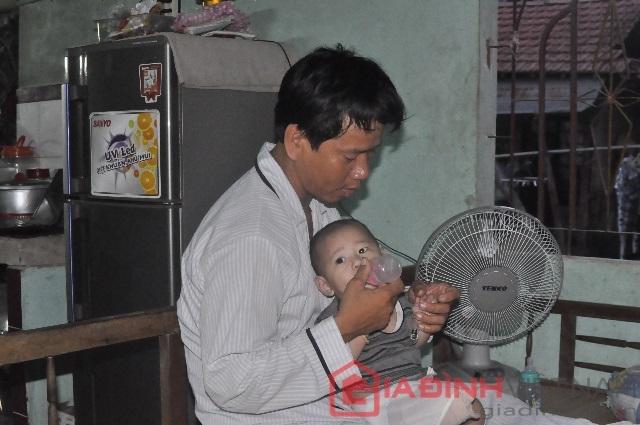 Anh Nam đang chăm sóc và lo lắng cho con