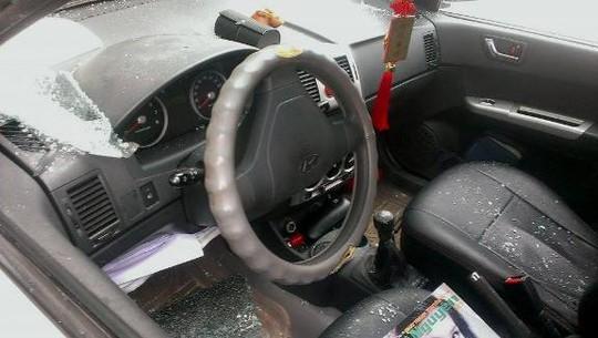 Chiếc xe của nhà báo Ngọc Quang bị đập vỡ cửa kính