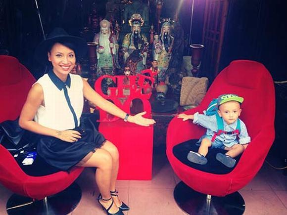 Thuỳ Minh và con trai trên chiếc Ghế đỏ nổi tiếng.