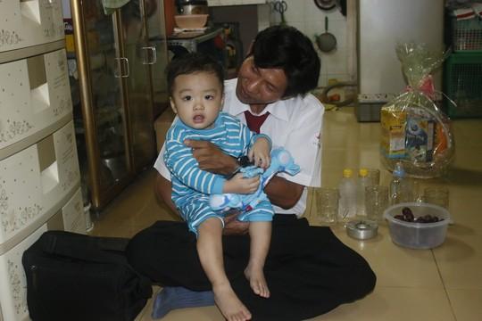 Bé bo hớn hở với món đồ chơi do tài xế Hồ Minh Thuận, Hãng taxi Vinasun, gởi tặng