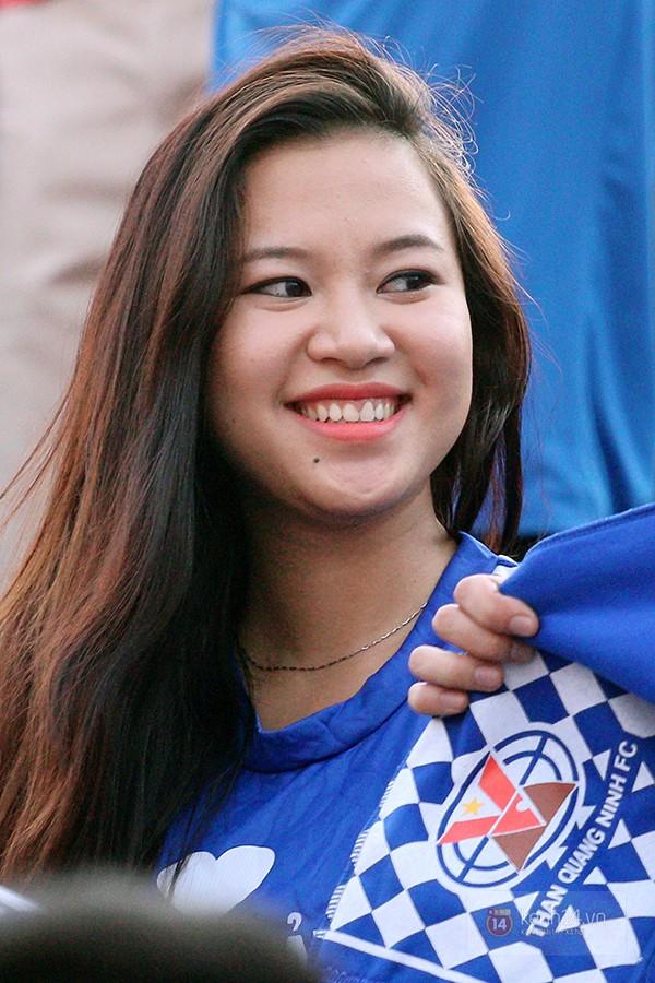 Nữ CĐV xinh đẹp như hotgirl tiếp lửa đường xa cho đội bóng vùng Mỏ 4