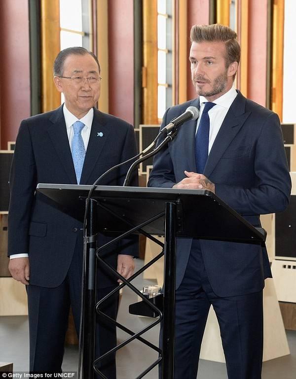 """Tổng thư ký Liên hợp quốc Ban Ki Moon chăm chú nghe Becks phát biểu. Cựu danh thủ Anh chia sẻ thêm: Tôi muốn một thế giới nơi trẻ em được lớn lên trong hòa bình, an toàn, tránh xa chiến tranh, bạo lực, nghèo đói và bệnh tật, một thế giới mà mọi đứa trẻ đều có cơ hội như nhau""""."""