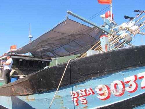 Tàu ĐNa 90370 trở về tại vịnh Mân Quang.Ảnh. Nam Cường.