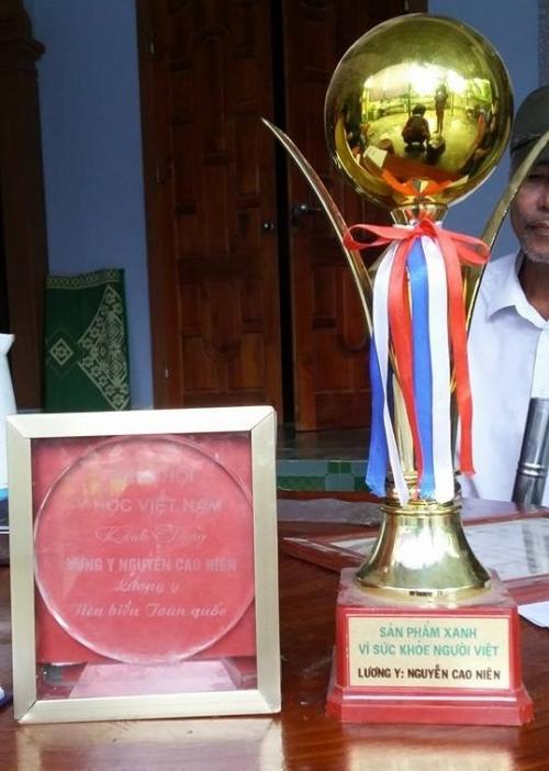 Lương y Nguyễn Cao Niên được tặng kỉ niệm chương và cup.