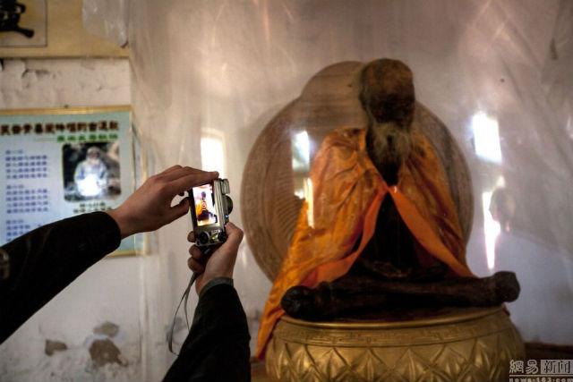 Hiện xác ướp của thiền sư Wu đã được trừng bày cho du khách chiêm ngưỡng.