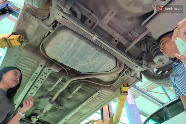 Anh Nguyễn Quyết Thắng (áo kẻ caro), giám đốc gara Nam Trường Thành, đã khẳng định bình xăng xe Kia Cerato của anh Vượng là nguyên bản, không độ tăng dung tích chứa.