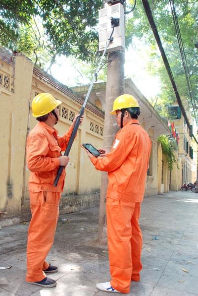 Nhân viên điện lực dùng gậy tự sướng viết chỉ số công tơ điện