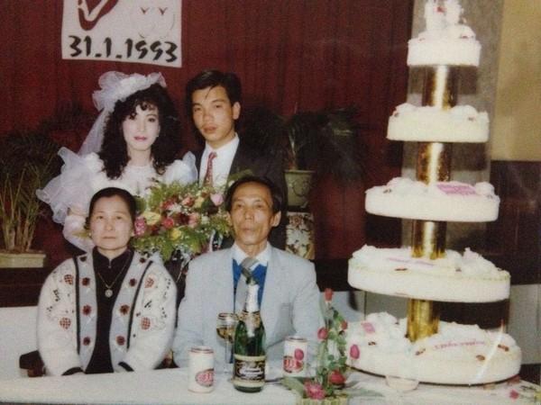 """Đám cưới ngày xưa của bố mẹ bạn P.T.T khiến nhiều người không khỏi ngưỡng mộ, bởi vào những năm 90, không phải cặp đôi nào cũng có một đám cưới """"hoành tráng"""" như thế này."""