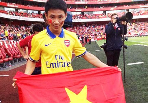 Nâng cao lá cờ Việt Nam tại sân Emirates trước 6 vạn khán giả Anh.