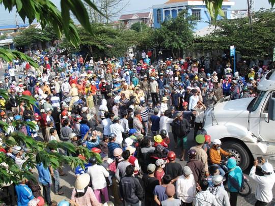 Cả ngàn người kéo ra Quốc lộ 1 làm tắt đường vào ngày 31-12-2013