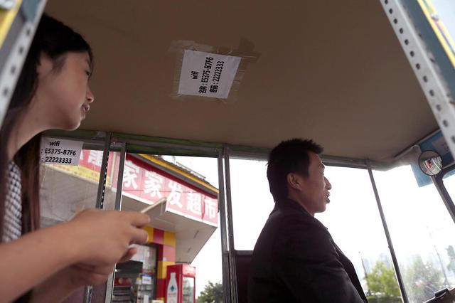 Hành khách thỏa sức lượt internet nhờ wifi miễn phí trên xe.