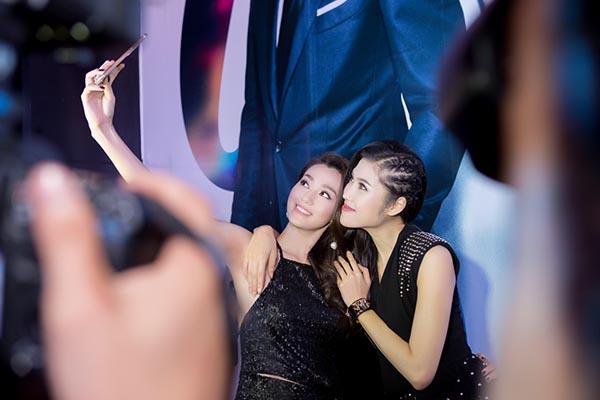 Trong sự kiện, Khánh My hội ngộ siêu mẫu Thu Hằng. Dù đụng phong cách thời trang Bond Girl song cả 2 vẫn vui vẻ, thoải mái chụp hình tự sướng cùng nhau.