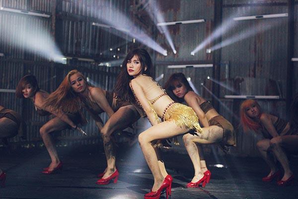 Ngoài ra, những bộ cánh nóng bỏng, kiệm vải cũng được cô trưng diện để thuận tiện cho việc biểu diễn vũ đạo.