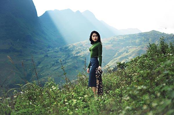 Ngoài khoe sắc giữa thiên nhiên, cô cũng tranh thủ lưu lại những khoảnh khắc đáng nhớ khi đứng trước không gian rừng núi đầy lãng mạn và hùng vĩ.