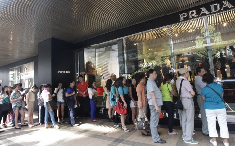 Khách hàng Đại Lục, bộ phận chiếm 1/3 tổng doanh thu của hãng Gucci và Prada, đang xếp hàng mua hàng cao cấp tại Tsim Sha Tsui, Hong Kong trong bộ ảnh năm 2014. Ảnh: David Wong.