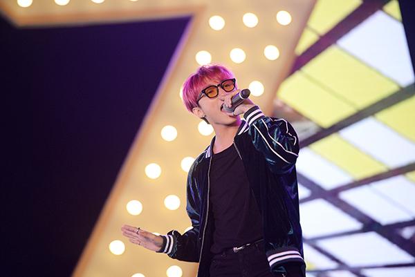 Xuất hiện trên sân khấu với hình ảnh trẻ trung, cá tính, Sơn Tùng M-TP đã lần lượt thể hiện các ca khúc gắn liền với tên tuổi như: Nắng ấm xa dần, Em của ngày hôm qua...