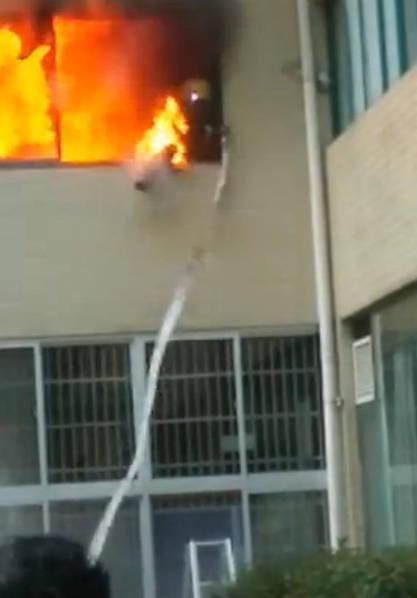 Viên lính cứu hỏa đang tìm cách thoát khỏi biển lửa trong trạng thái quần áo bảo hộ đang bị thiêu cháy.