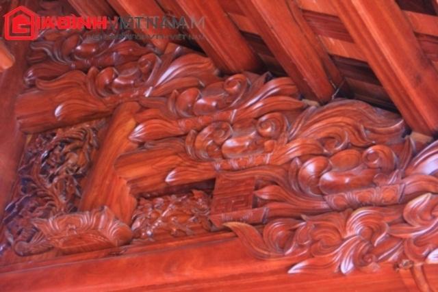 2 chiếc thống bằng gỗ quý nguyên khối cao tới 1,5m ngay trên bậc thềm.1