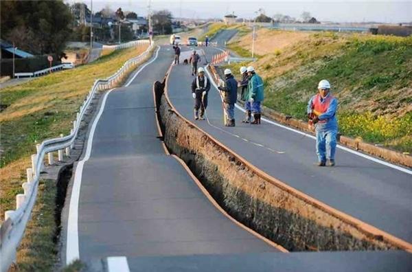 Nhật Bản, các công nhân đang xem xét một quãng đường dài bị nứt do sức mạnh của trận động đất gây ra.