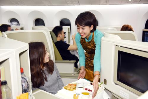 Các món ăn được thực hiện bởi các đầu bếp, nhà pha chế nổi tiếng. Lần đầu tiên, món phở bò truyền thống được phục vụ trên máy bay.