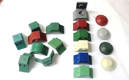 Sản phẩm ke chống bão của Song Nam (dãy hàng dọc bên phải) và một số hàng nhái kiểu (bên trái) xuất hiện trên thị trường