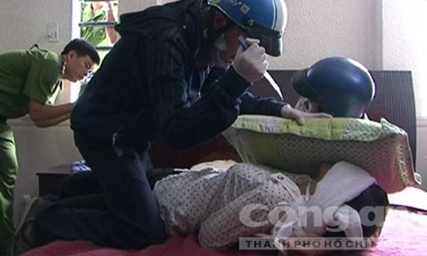 Sau đó Dương và Tiến đi lên lầu 1 tra khảo nơi cất tiền rồi lần lượt sát hại Như và Linh (Ảnh thực nghiệm hiện trường báo CA TPHCM)