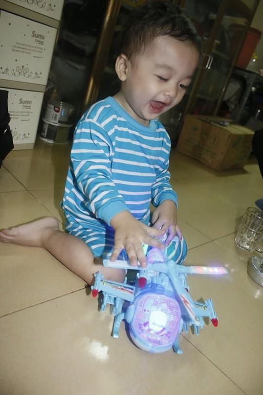 Bé Bo thích thú với món đồ chơi tài xế Thuận gửi tặng