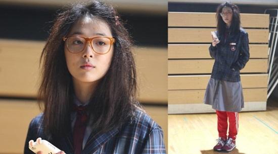 Sulli của nhóm nhạc f(x) đã khiến bạn diễn của mình trong Fashion King là Joo Won được một phen hoảng hốt với tạo hình một cô nàng mọt sách, ko màng đến ngoại hình. Thật khó để nhận ra mỹ nữ nhà SM khi cô xuất hiện với mái tóc bù xù, mặt đầy mụn và đôi môi nhợt nhạt.